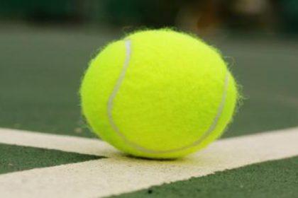 tennissen op beton